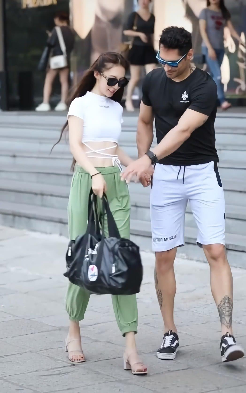 """爱运动的女孩真棒,这么难驾驭的""""草原绿裤"""",都能穿出时尚感"""