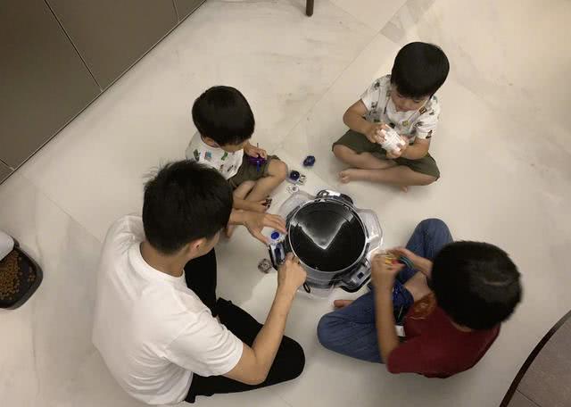 林志颖晒双胞胎儿子第一次上游泳课,兄弟俩笑容好治愈