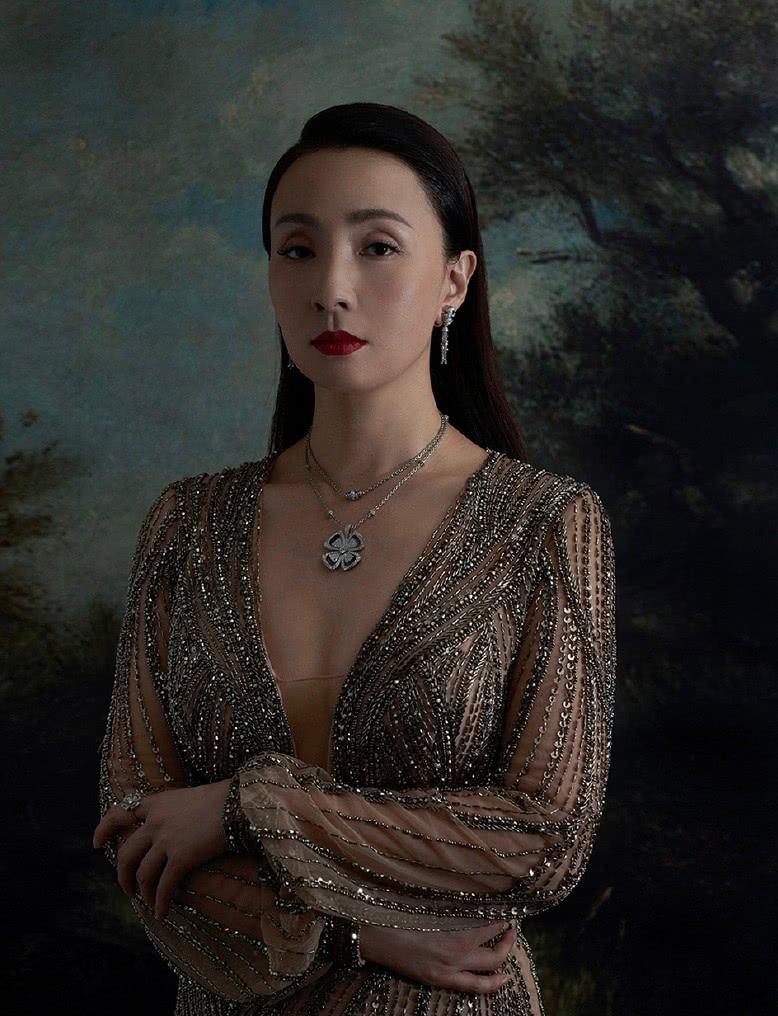 她主演《黑眼睛》三封影后,今穿串珠透视长裙,47岁尽显优雅范
