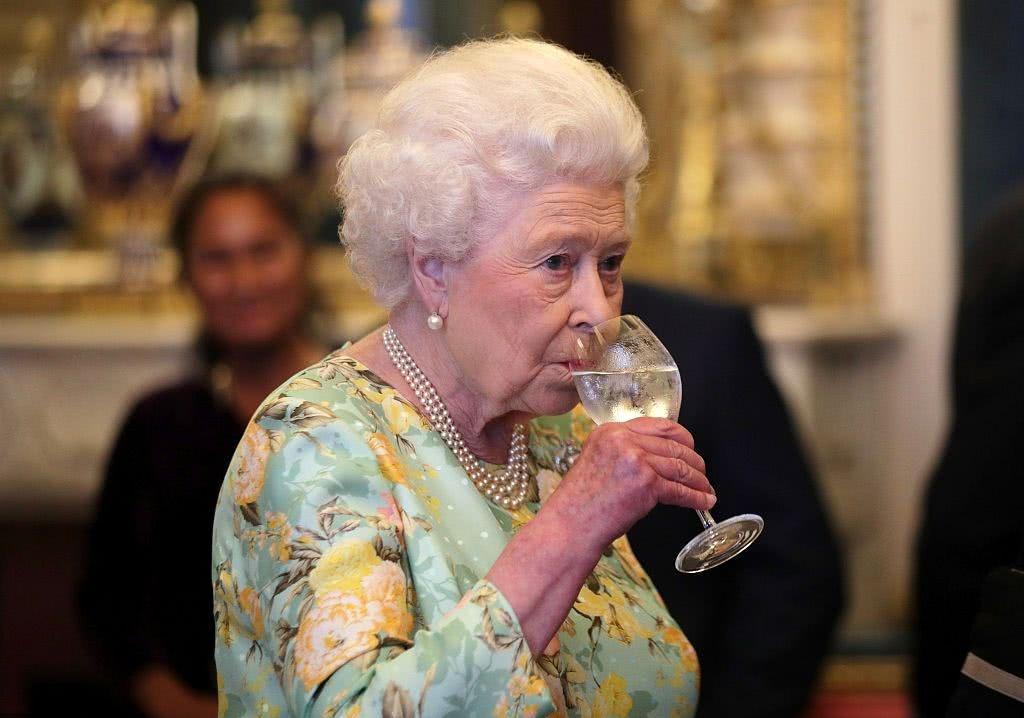英国纪录频道揭秘:英女王爱小酌几杯,还在宫里装了台自动柜员机