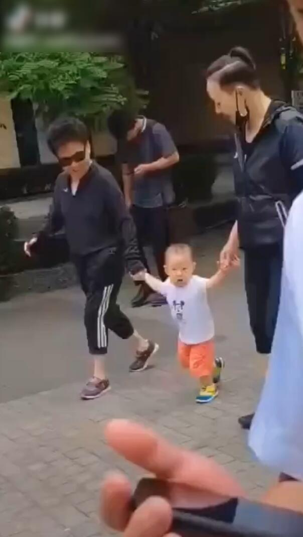 宋丹丹疑和亲家母在公园带孙子,学孩子走路童心未泯,小萌娃胖嘟嘟超可爱
