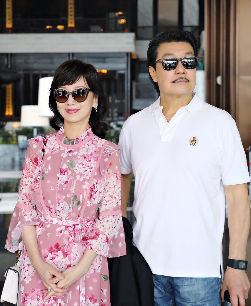 赵雅芝机场打扮时髦,65岁美成了神话,与丈夫拖手秀恩爱!