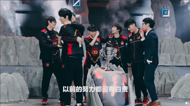 FPX夺冠纪录片:LWX道出UZI恐怖,Doinb梦到去S9