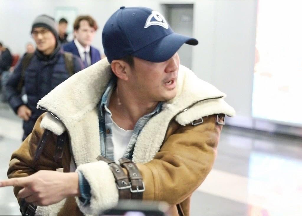 吴京机场怒斥跟拍者表情超凶,原因是怕撞到小孩