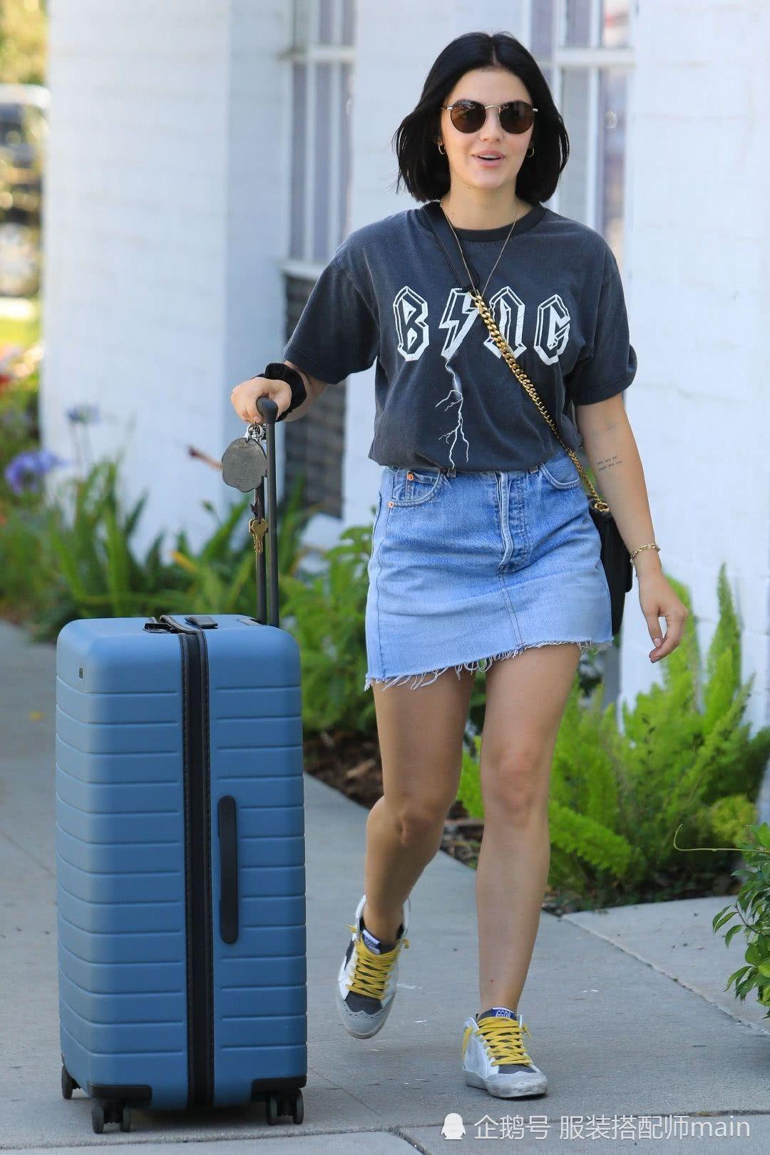 30岁露西海尔亮相街头,T恤搭牛仔裙时髦减龄,轻松凹出好比例