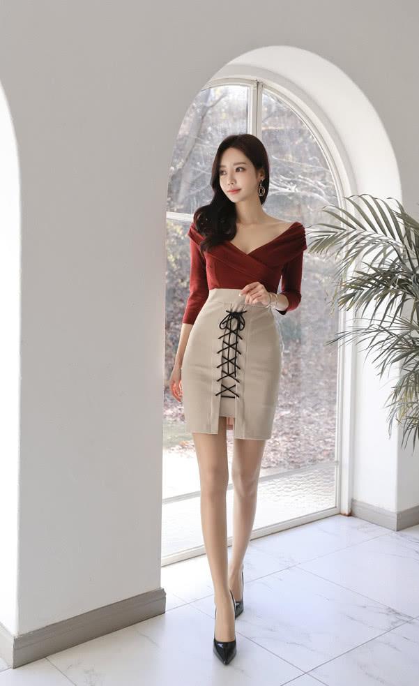 裙秀风姿 孙允珠:绸缎红霓维纳斯折叠系带衣裙