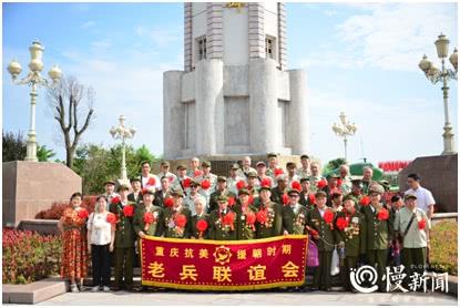 """50余位老兵逛""""老重庆"""" 讲述他们亲历的战争故事"""
