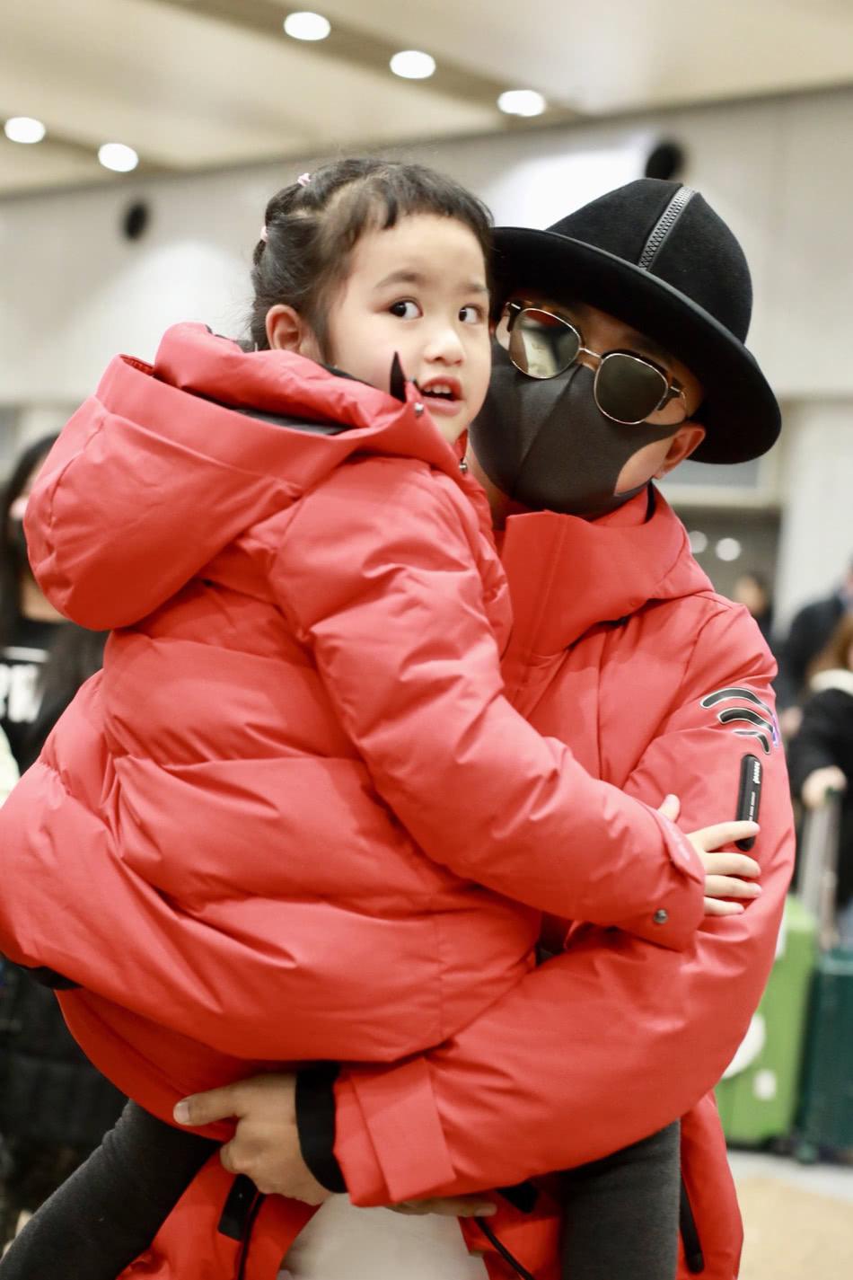 包贝尔父女机场上演亲子秀!饺子与父亲穿亲子装,红羽绒服真喜庆