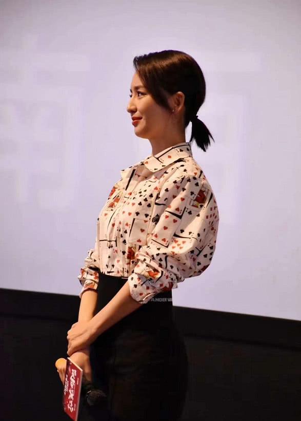 佟丽娅穿扑克牌衬衫济南路演,与影迷亲切互动,分享瘦身小秘诀!