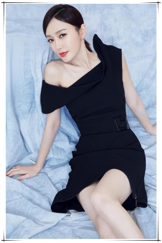 当秦岚和古力娜扎同穿黑色斜边裙,终于知道性感美和成熟美的差距