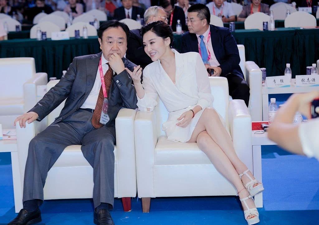 50岁许晴穿一袭白裙美回初恋 抿嘴甜笑秀侧颜十分迷人