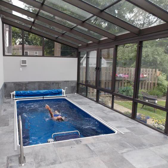 越来越多有钱人都在阳光房里建泳池!连通室内和庭院,四季都能用