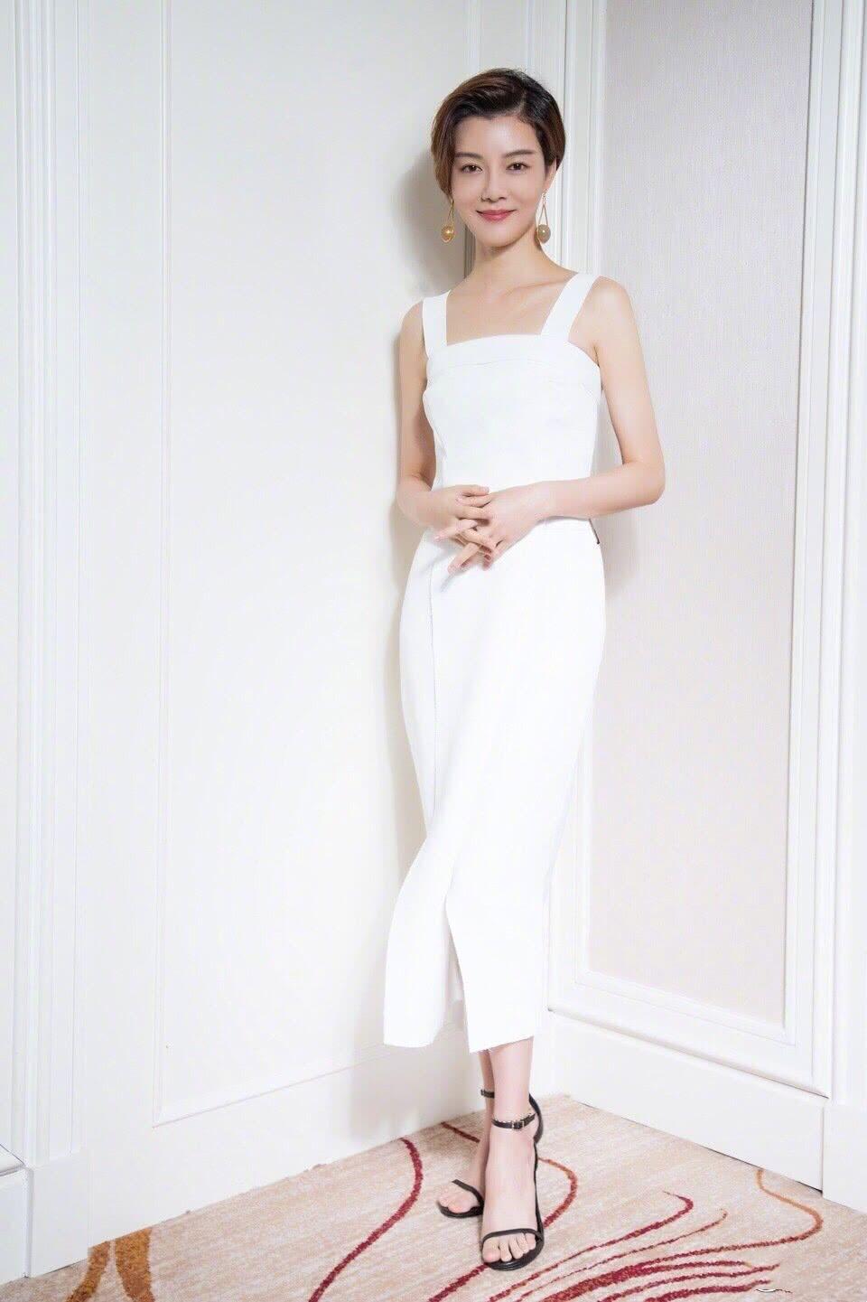 被车晓新造型惊艳了,白色连衣裙现活动,身材比例不输超模