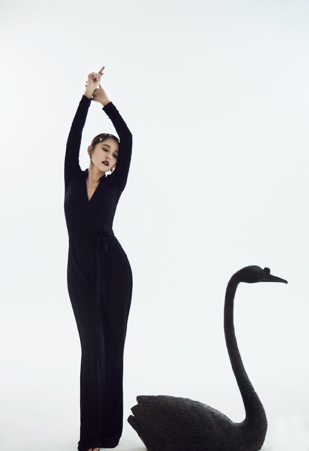 被热依扎惊艳到了,穿V领连体裤身姿优雅迷人,比旁边黑天鹅更美