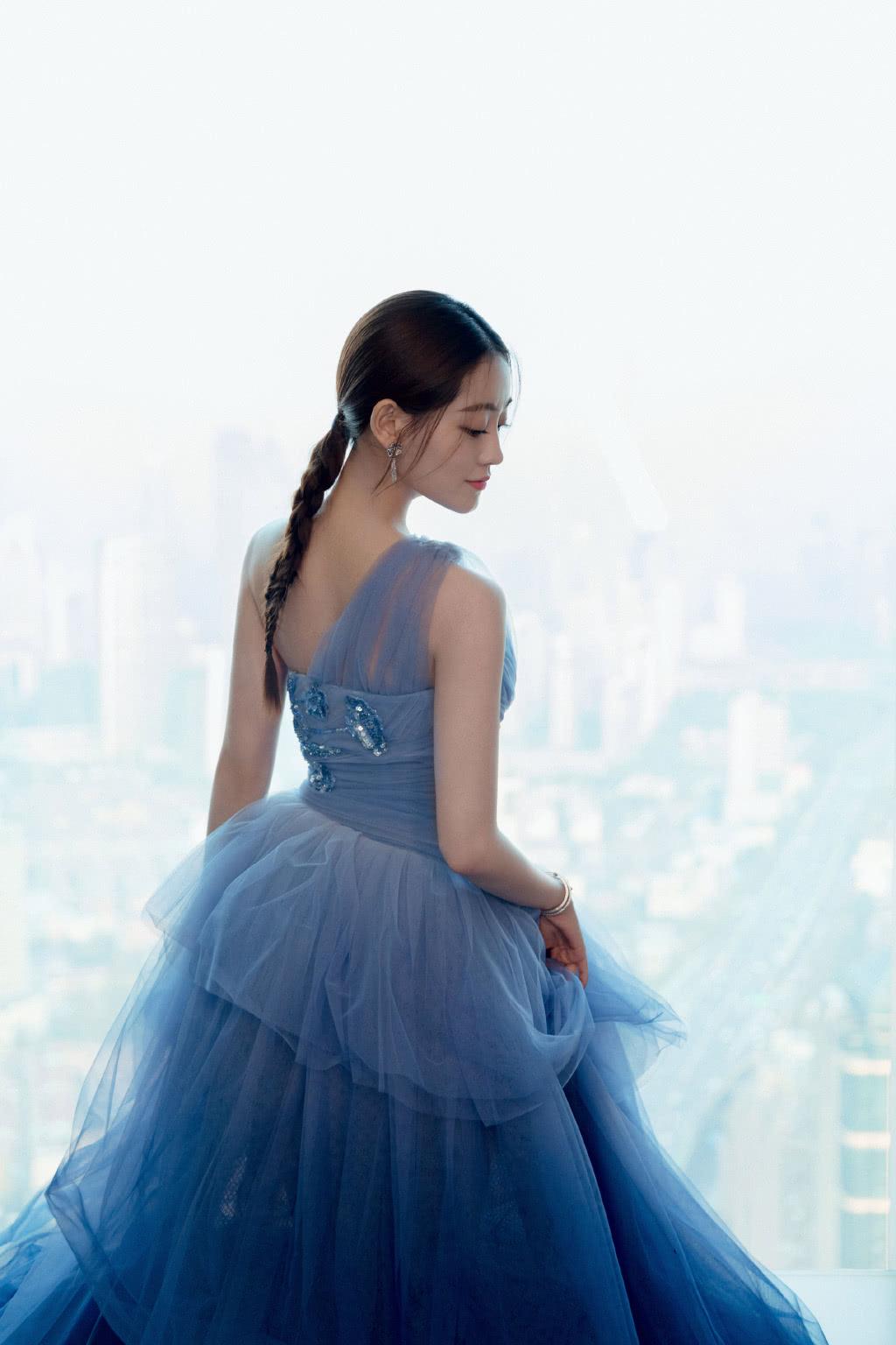 演《倚天屠龙记》被赞最美周芷若,今穿渐变蓝轻纱裙,美成小仙女