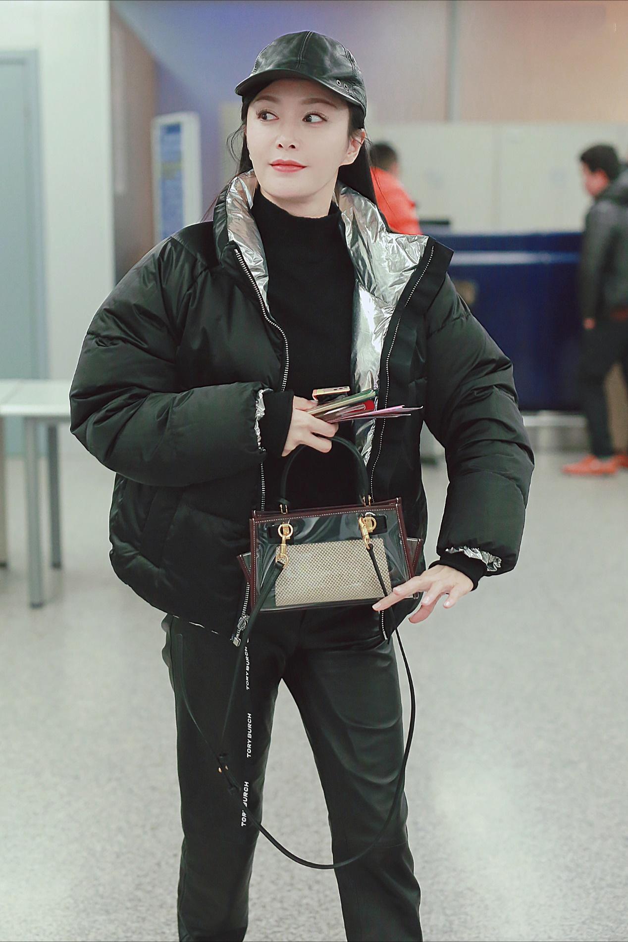 秦岚40岁魅力不减,穿棉服配皮裤时髦显瘦又气质,细腰长腿遮不住
