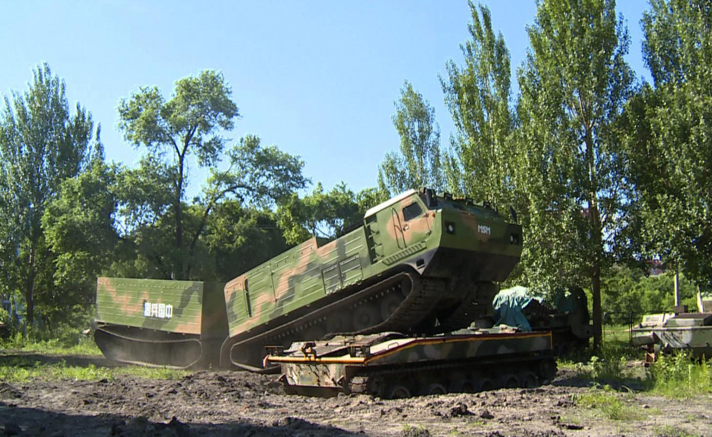 我国新型全地形车外观酷似俄罗斯的DT-30P,俄军迷:山寨的