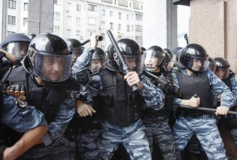 400名精锐被迫下跪,无奈集体叛逃莫斯科,待遇比乌克兰高数倍