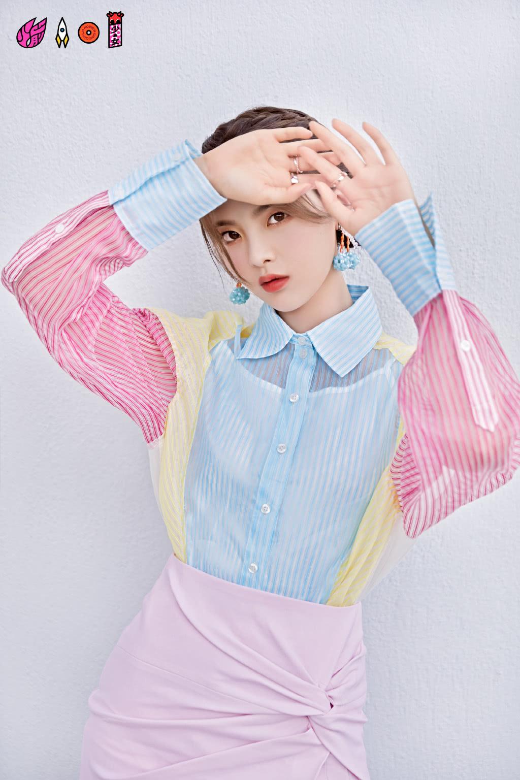 杨超越和关晓彤,同穿拼接衬衫,只是搭配不同,风格就差这么多?