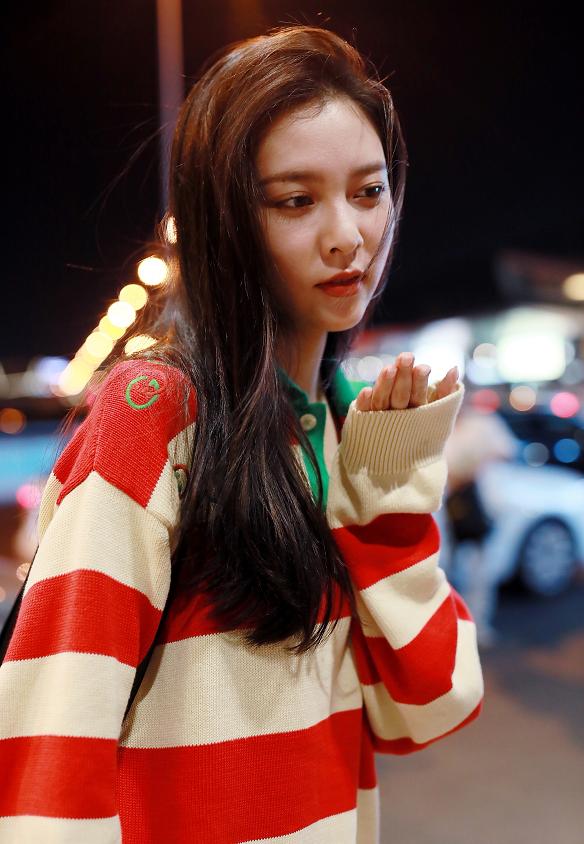 宋妍霏红配绿造型打扮时尚清新现身,活力满满,让人眼前一亮!