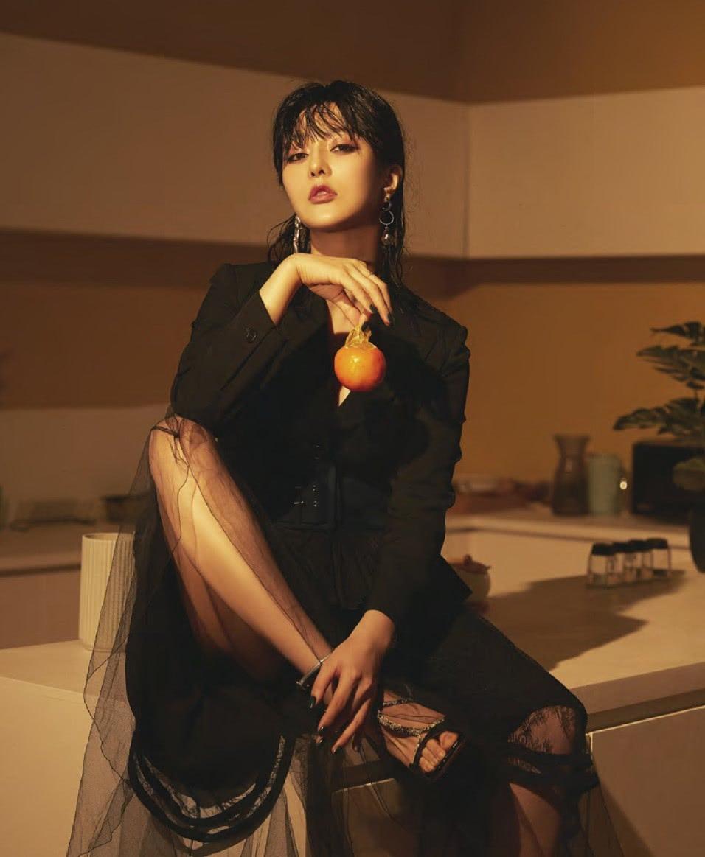 范冰冰最新杂志照出炉,着黑色西装纱裙出镜,半湿发霸气撩人