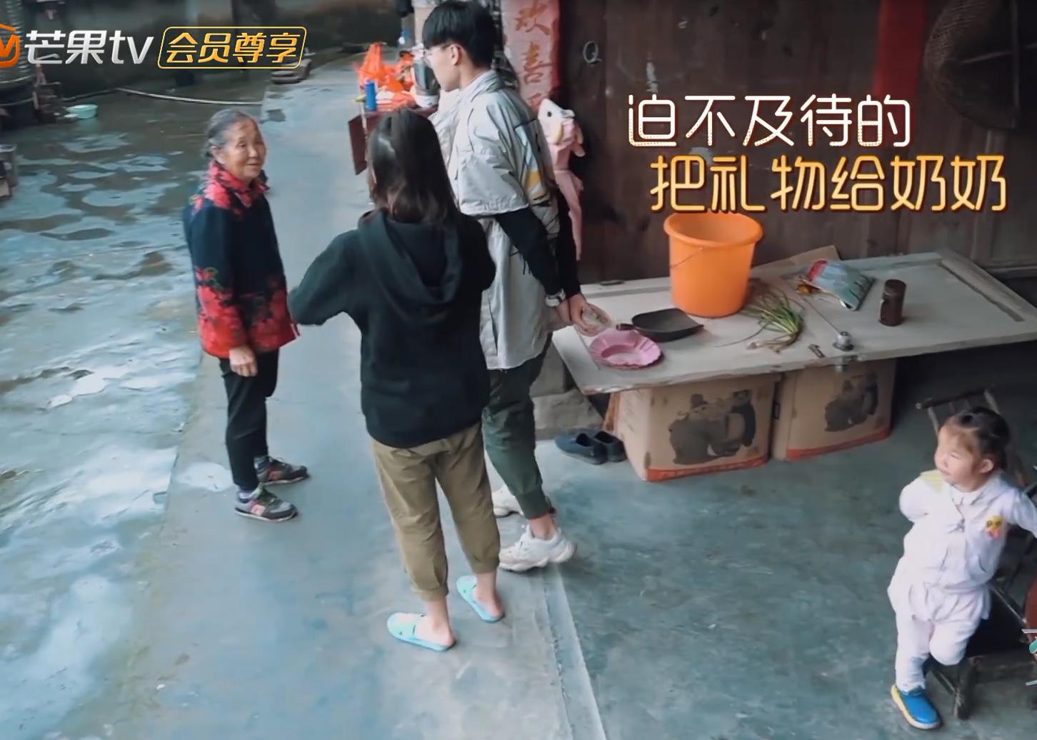 《变形计》城市少年给农村奶奶送惊喜,看清他买的东西,网友炸锅