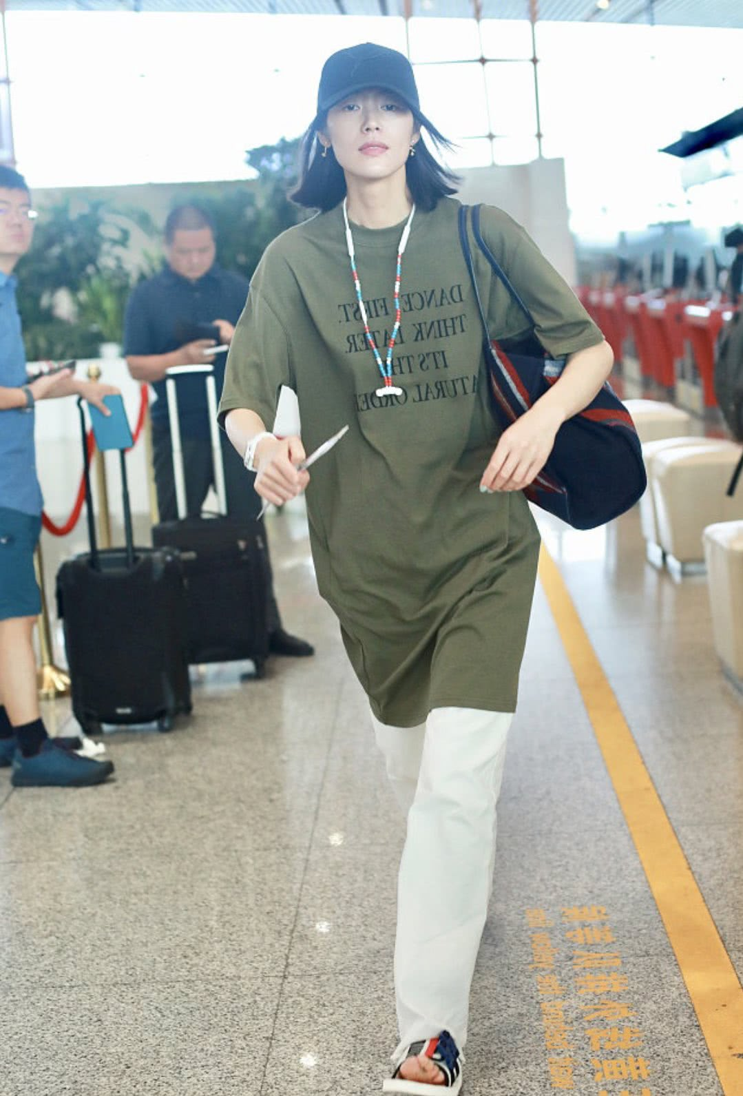 刘雯仗着自己是超模就任性,及膝裙加拖地裤的搭配,我理解不了!