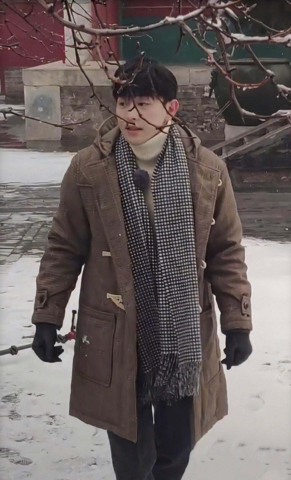 """北京下雪邓伦张鲁一ab故宫堆雪人,baby怕冷未动手,邓伦堆出""""雪猫"""""""