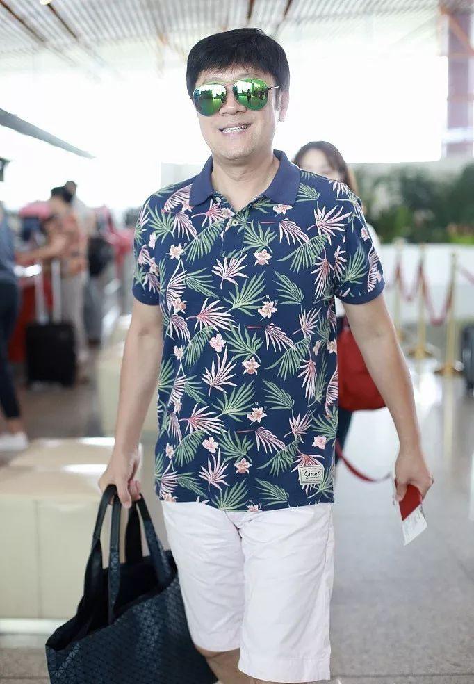 52岁蔡国庆穿花衬衫,身材健硕头发浓密似少年,单脚站立状态佳