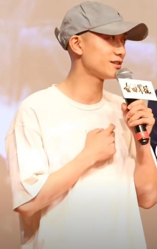 张一山身穿白色T恤出席《古田军号》首映,依旧还是个酷男孩!