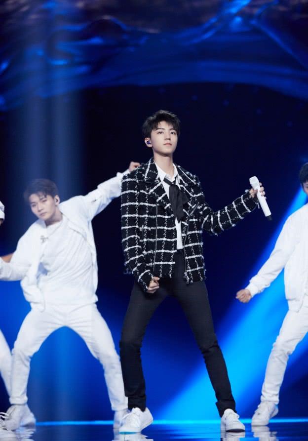 王俊凯故意避开同色穿搭,看到他裤子才知道:这样更显腿长!