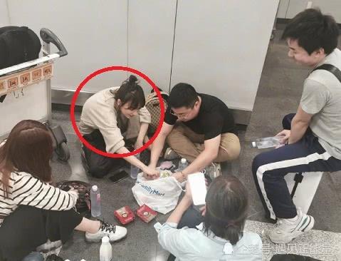 吴昕与工作人员机场用餐,四人盘坐地上,十分接地气