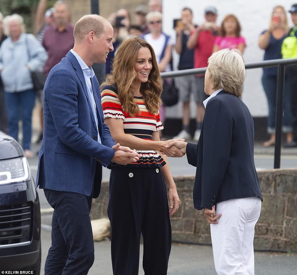凯特王妃带娃参加帆船比赛,兄妹穿条纹元素变成熟,乔治成豁牙子
