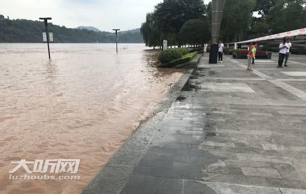 今年最大长江洪峰过境泸州 沿江广场、道路被淹