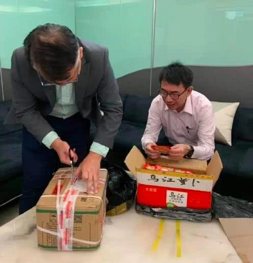 说大陆人吃不起榨菜的台湾主持人黄世聪收到了两箱涪陵榨菜