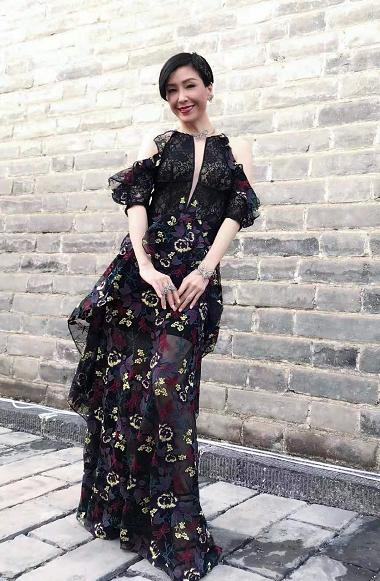 """50岁伍咏薇这回真""""大胆""""!""""开胃装""""连衣裙配短发,气质惊艳"""