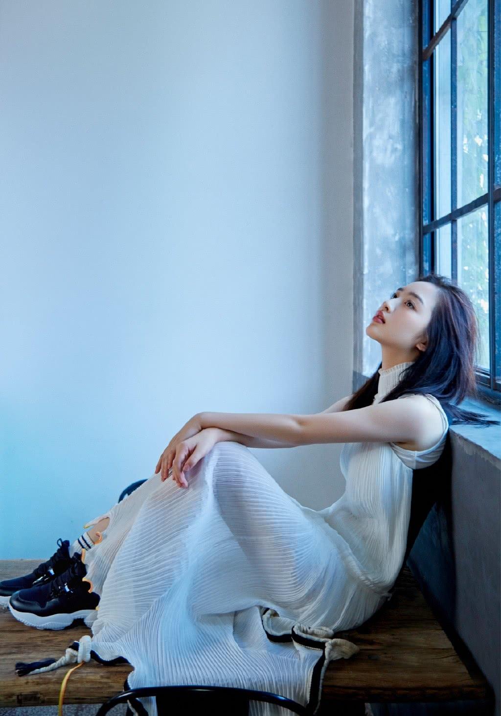 13岁演张子枫姐姐,今穿2万9的连衣裙,大气得一点不像14岁