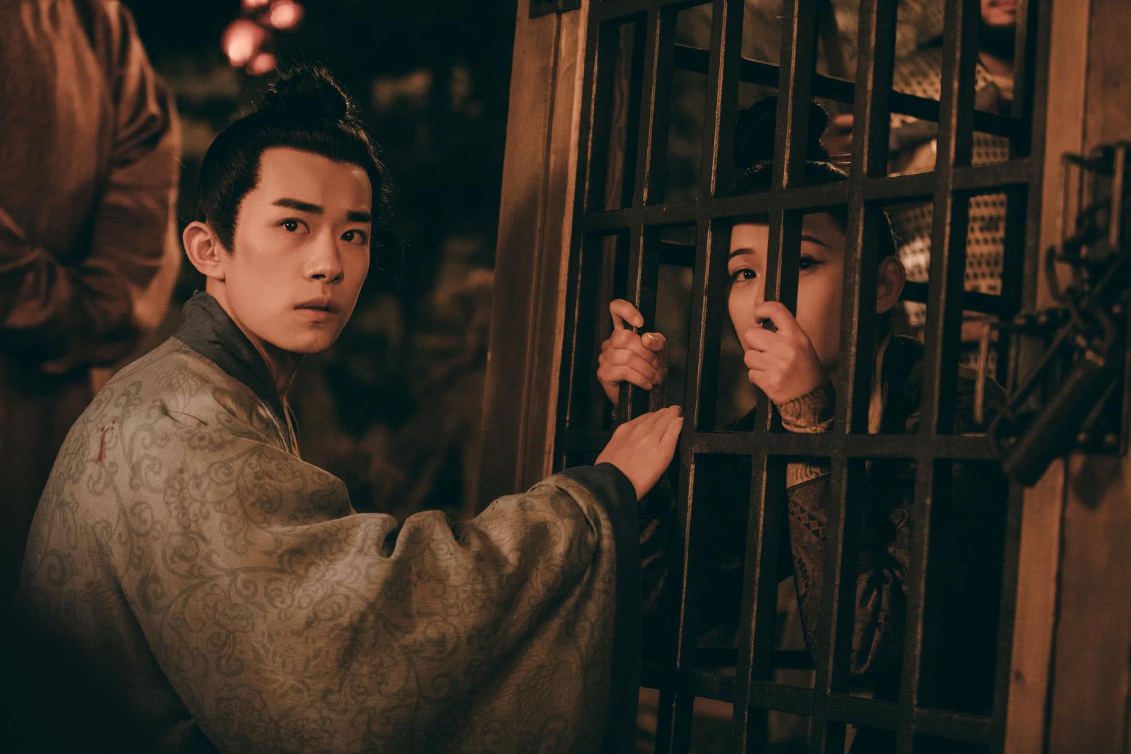 《街舞2》队员朝易烊千玺做叉手礼,千玺的回应很利落,剧粉实锤