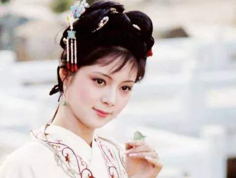 <b>薛宝钗是四大家族后人,林黛玉是列侯之后,她们谁的出身高?</b>