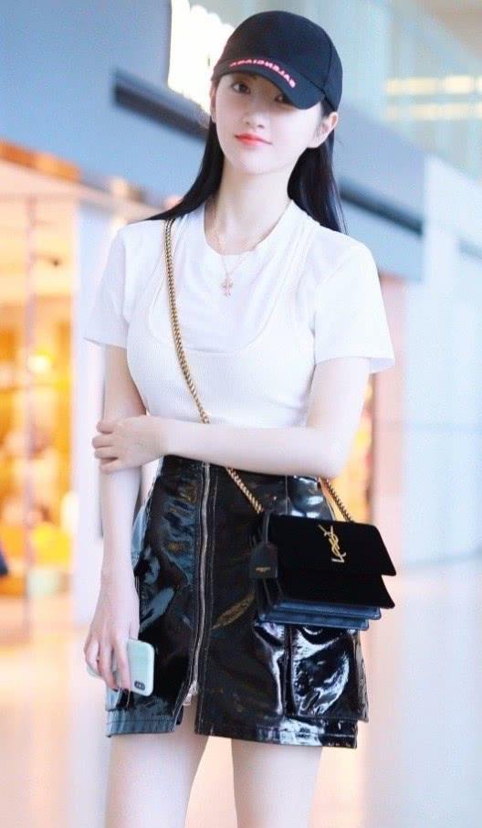 """景甜的裙子像""""塑料袋"""",一般女孩驾驭不了,但她搭白T时髦好看"""