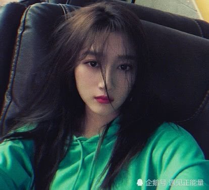 关晓彤晒自拍照,头发虽乱但不影响颜值,被网友问及恋情