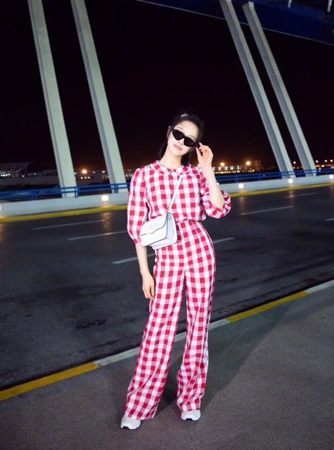 """宋茜在机场现身,意外带火自己的""""缺口鞋"""",矮个子们的救星!"""