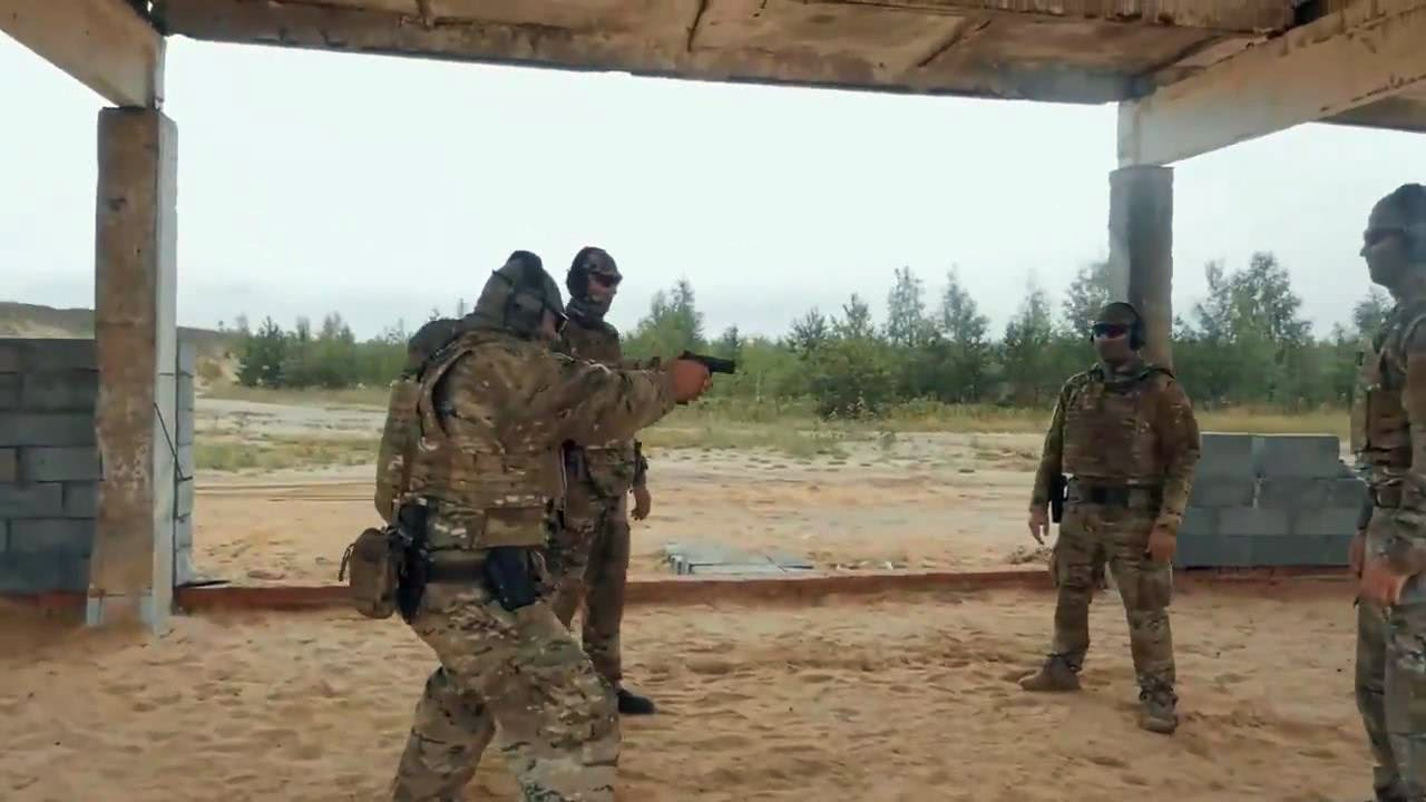 俄罗斯人穿上防弹衣进行测试,手枪近距离射击,场面心惊肉跳