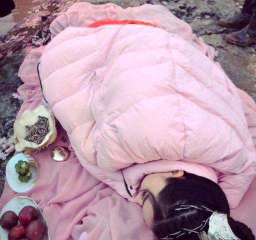 何捷老婆太拼了,张馨予为角色全情投入休息仍躺着,饿了就嗑瓜子