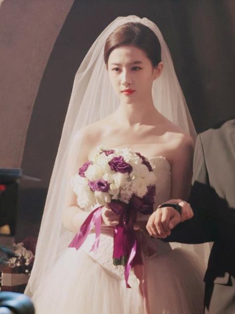 四位女星的婚纱礼服造型,最美的是绯闻不断的她?
