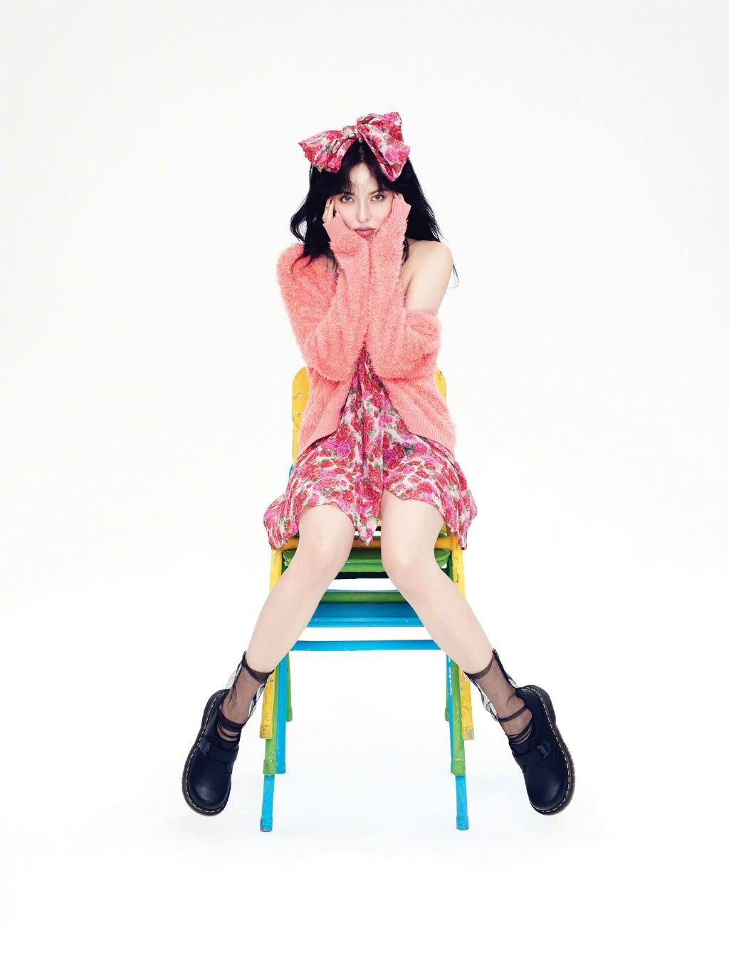 金泫雅拍摄大片,连换9套新造型,马丁靴配粉色丝袜太抢镜!