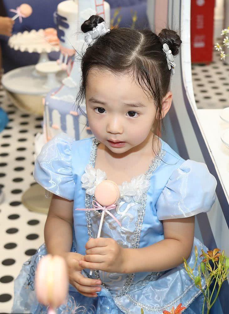 董璇开餐厅吸引了半个娱乐圈打call 3岁女儿小酒窝激萌