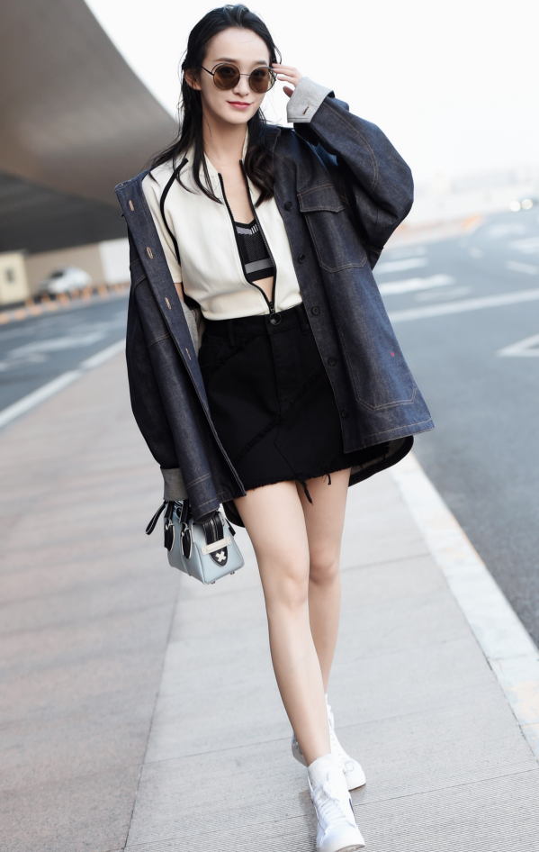 何泓姗大概是小个子最好的穿衣典范:毒液裙+耐克鞋,巨显腿长!