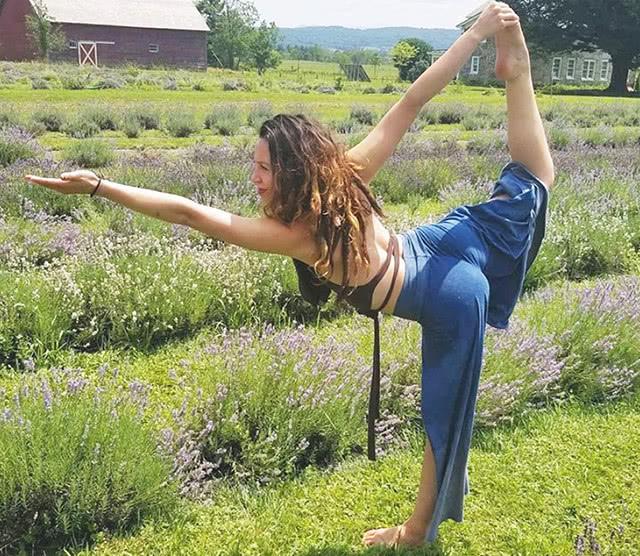 让身体和大脑全天充满活力,从这8个简单的拜日式瑜伽开始