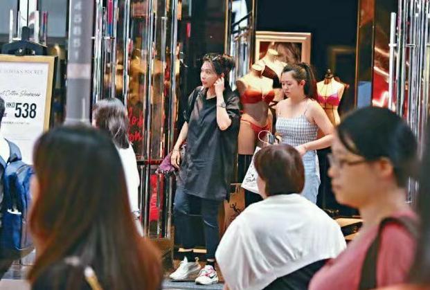 邱淑贞携二女儿逛街购物,沈日身材好,风格成熟引热议